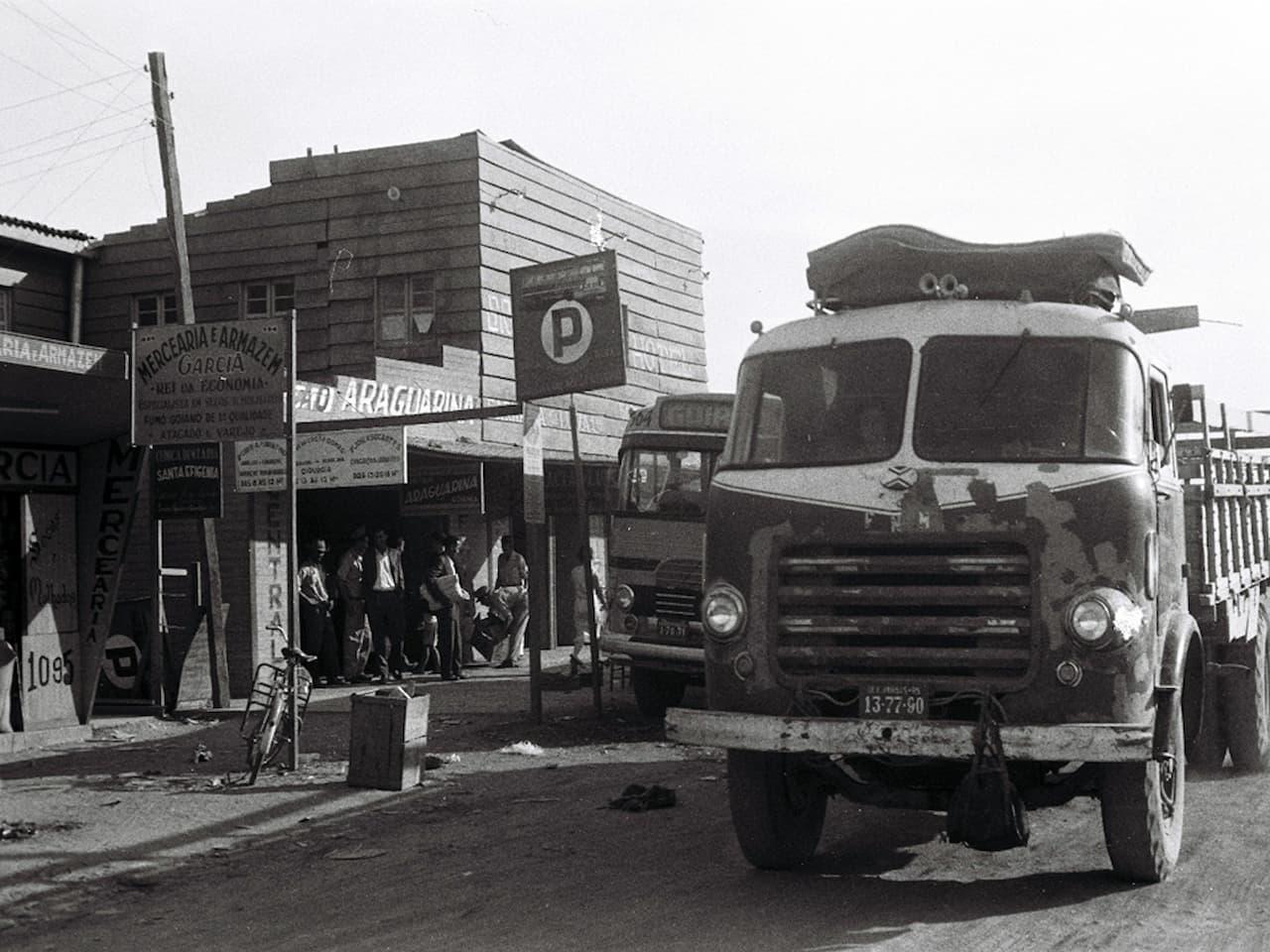 alline-e-gi-Caminhões-e-ônibus-na-Cidade-Livre (1)