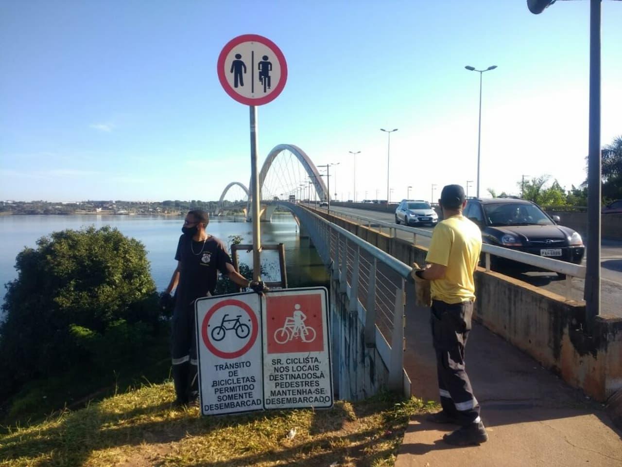 Nova sinalização permite a ciclistas pedalarem pela JK