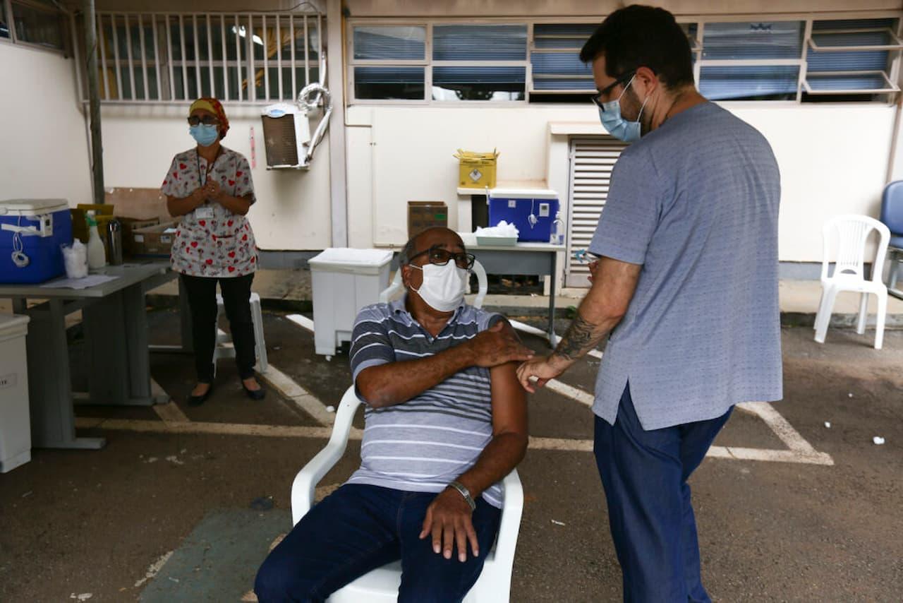 23.8-100-porcento-da-população-idosa-vacinada-FOTO-BRENO-ESAKI-AGÊNCIA-SAÚDE-DF-Jorge-da-Silva-Agência-Saúde (1)