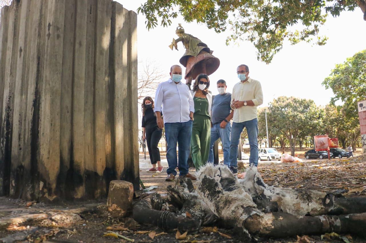 28.8-ibaneis-visita-praça-dos-orixas-estátua-queimada-foto-Renato-Alves-Agência-Brasília (1)