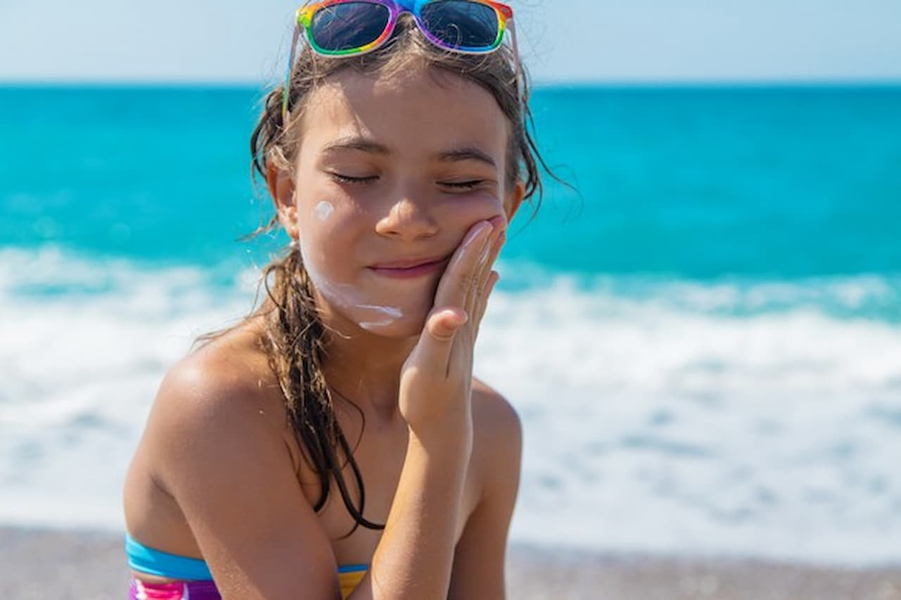 criança-passando-filtro-solar-Divulgação FreePik (1)